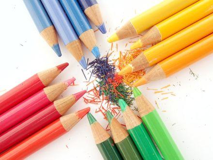 Обои Красные, синие, желтые и зеленые карандаши
