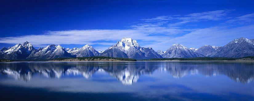 Обои Красивые горы покрыты снегом