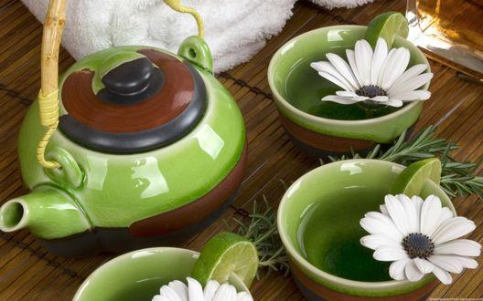 Обои Чайный напиток в зеленых чашках, украшенных белыми ромашками