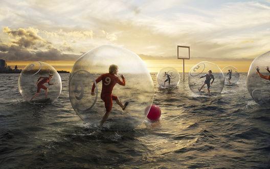 Обои Необычный футбол на воде: игроки находятся в воздушных шарах, и 'бегают' по воде