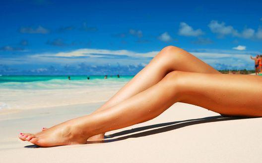 Обои Ножки девушки на фоне лазурных волн океана