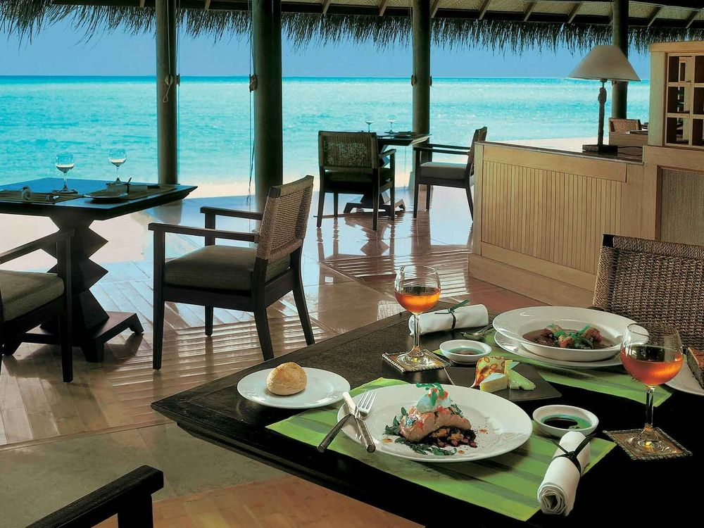 Обои для рабочего стола Интерьер уютного ресторанчика на тропическом курорте, расположенного прямо у лазурных вод океана