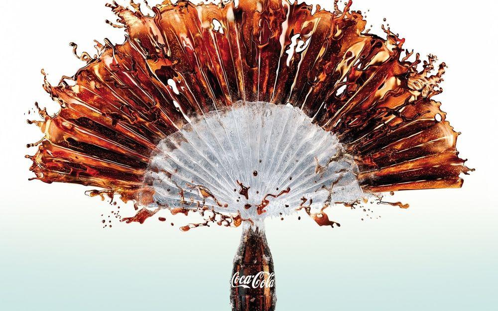 Обои для рабочего стола Фонтан брызг из бутылки Coca-cola / Кока-кола в форме веера