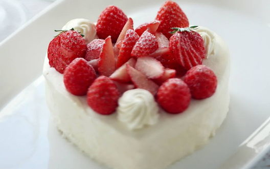 Обои Воздушный торт с клубникой и сливками