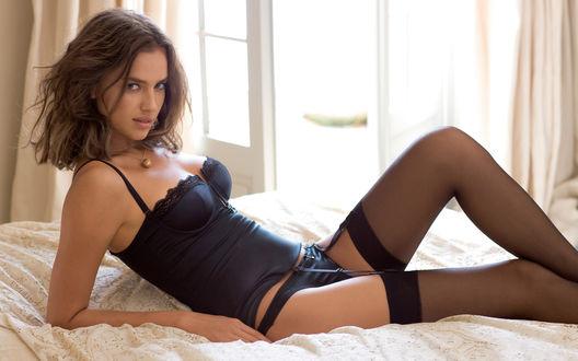 Обои Ирина Шейк / Irina Sheyk в черном белье на постели