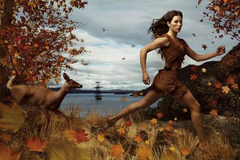 Обои Джессика Бил / Jessica Biel в образе Покахонтас бежит по лесу с оленем ((проект американского художника- фотографа Энни Лейбовиц / Annie Leibovitz))