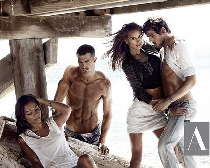 Обои Ирина Шейк / Irina Sheyk, два парня и девушка на пляже для рекламы Armani Exchange