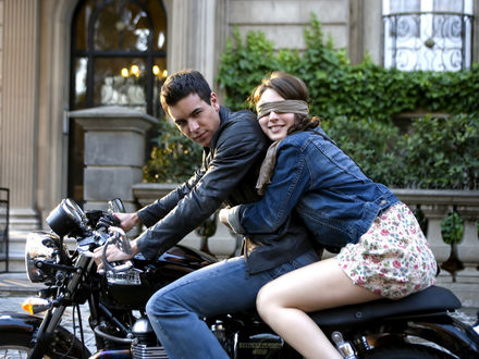 Обои Марио Касас / Мario Сasas и Мария Вальверде / Maria Valverde на мотоцикле (кадр из фильма 'Три метра над уровнем неба Tres metros sobre el cielo')
