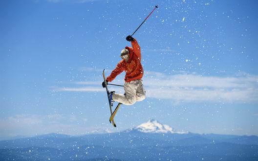 Обои Лыжник в прыжке завис в воздухе