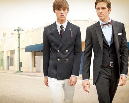 Обои Два элегантно одетых парня идут по улице