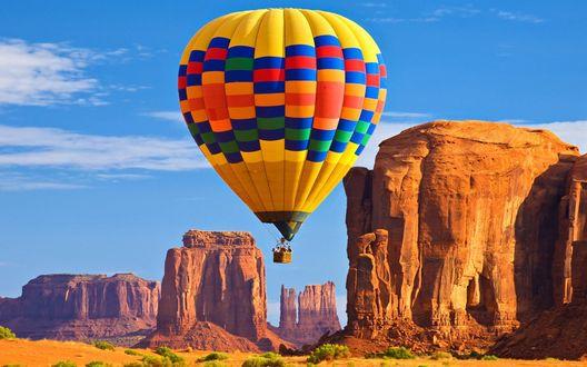 Обои Яркий воздушный шар на фоне неба и гор