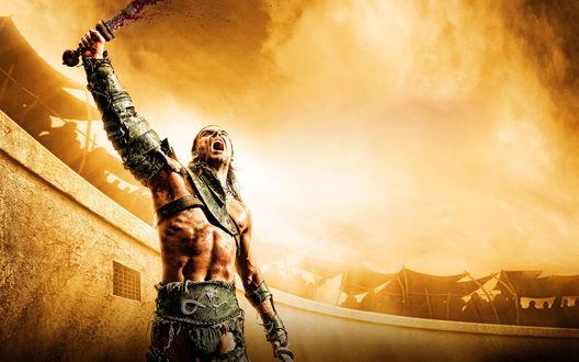 Обои Сериал Spartacus / Спартак, гладиатор кричит подняв вверх окровавленный меч