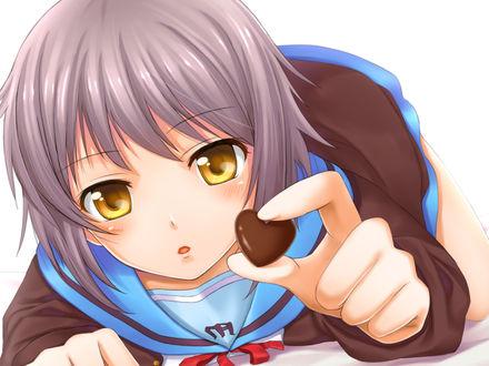 Обои Юки-тян из аниме Меланхолия Харухи Судзумии / The Melancholy of Haruhi Suzumiya с шоколадным сердечком в руке