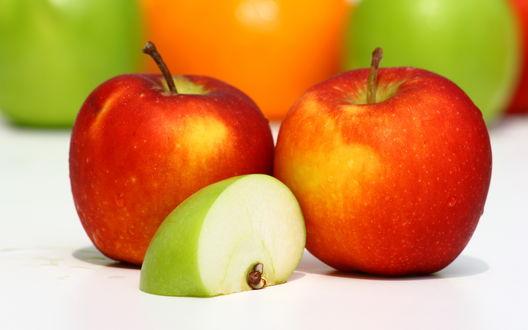 Обои Два красных яблока и половинка зеленого, в каплях воды
