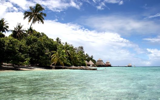 Обои Красивый остров с лазурной водой