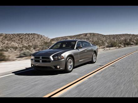 Обои Dodge Charger RT speed едет по дороге в пустыне