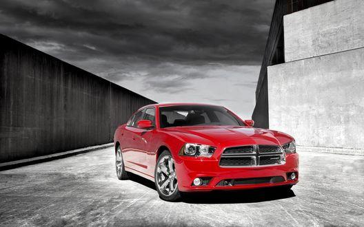 Обои Dodge Charger RT red возле серой стены