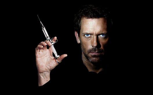 Обои Хью Лори / Hugh Laurie со шприцем из к/ф 'Доктор Хаус' / 'House M.D'