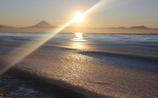 Обои По центру неба очень яркое солнце Камчатки, над замерзшим морем