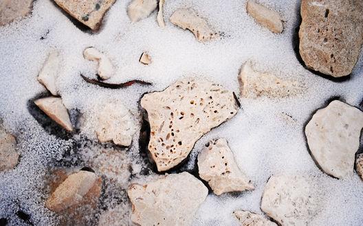 Обои Камни засыпало свежим снегом