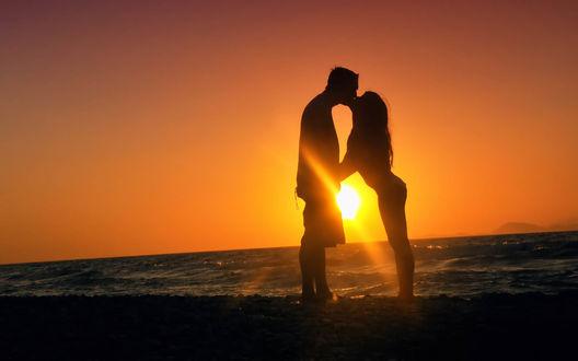 Обои Парень и девушка целуются у моря на закате