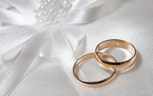 Обои Два обручальных кольца на белом