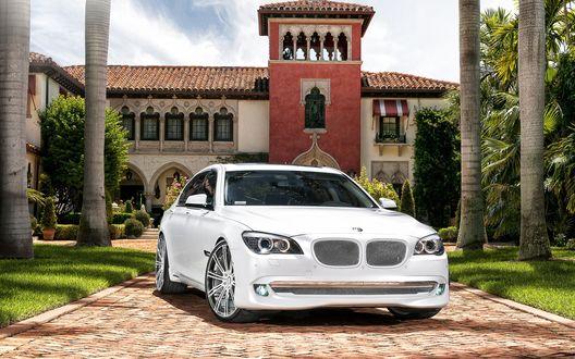 Обои BMW 7 / БМВ 7 стоит в красивого дома