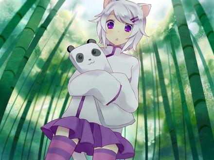 Обои Кавайная неко-девушка стоит средь зарослей бамбука и обнимает игрушечного панду