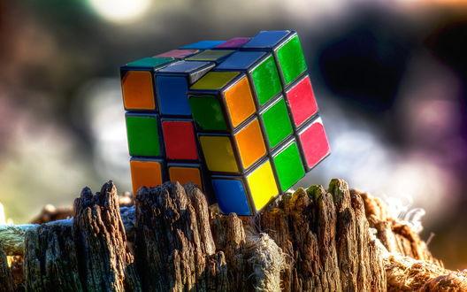 Обои Кубик-рубик на опилке дерева