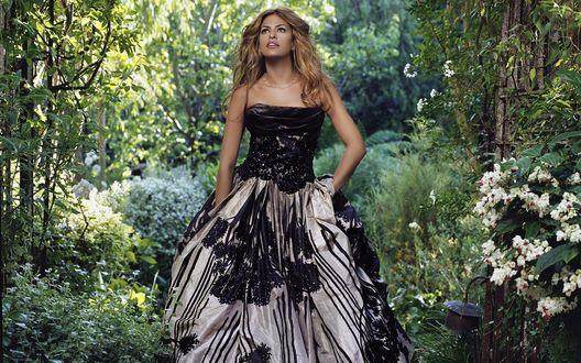 Обои Eva Mendes / Ева Мендес в красивом платье стоит в лесу