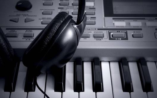 Обои Наушники лежат на клавишах синтезатора