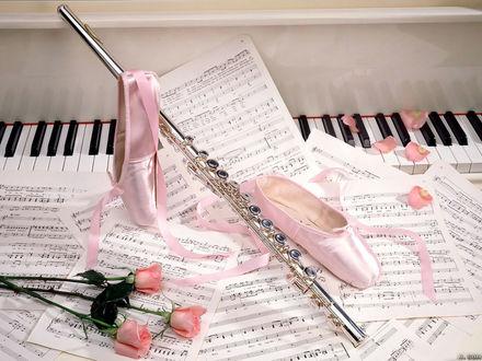 Обои Розы, флейта, пуанты и разбросанные нотные листы возле фортепиано