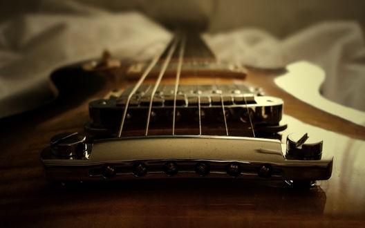 Обои Подставка, порожек и струны глянцевой гитары