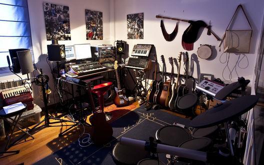 Обои Комната, заставленная музыкальными инструментами и аппаратурой