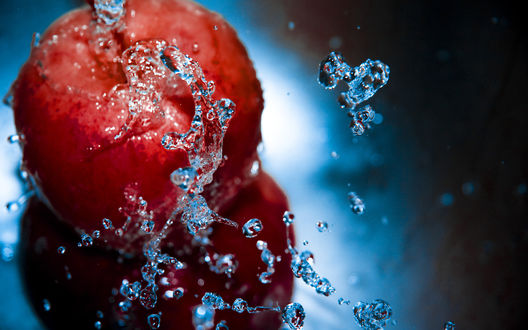 Обои Спелый плод лета - персик в брызгах воды