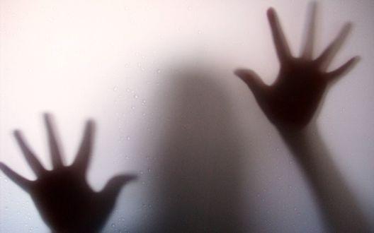 Обои Руки за матовым стеклом