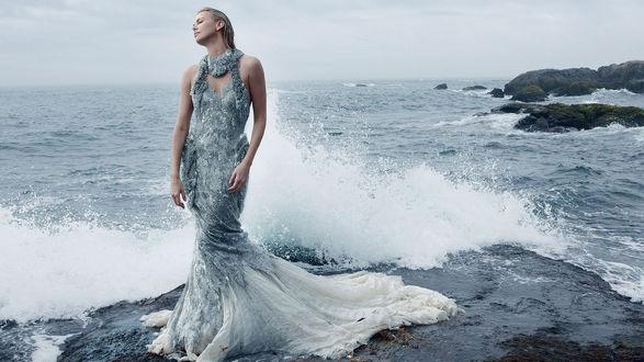 Обои Шарлиз Терон / Charlize Theron в красивом плетье на берегу бушующего моря