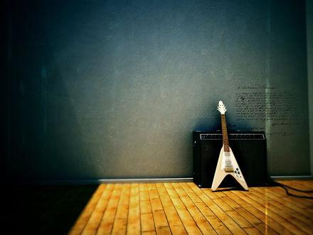 Обои Гитара и усилитель возле стены