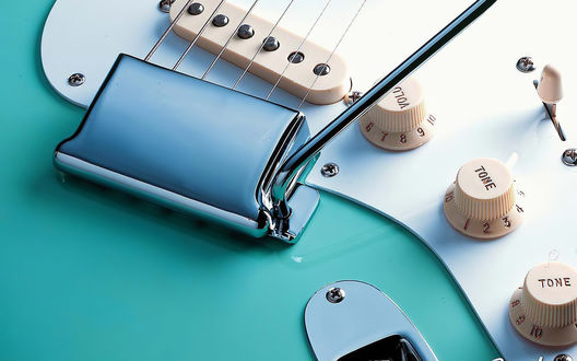 Обои Электрогитара Fender Stratocaster бирюзового цвета