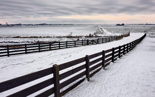 Обои К полям покрытым снегом ведет дорога