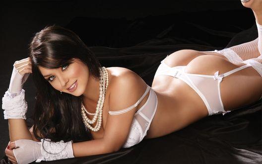 Обои Camila Davalos / Камила Давалос, модель, в белом белье и жемчуге лежит на темной атласной ткани демонстрируя безупречную попку