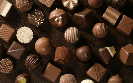 Обои Шоколадные конфеты на столе
