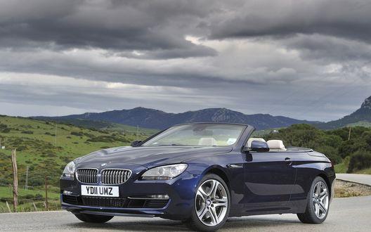 Обои BMW 650i / БМВ 650И с открытым верхом стоит на дороге