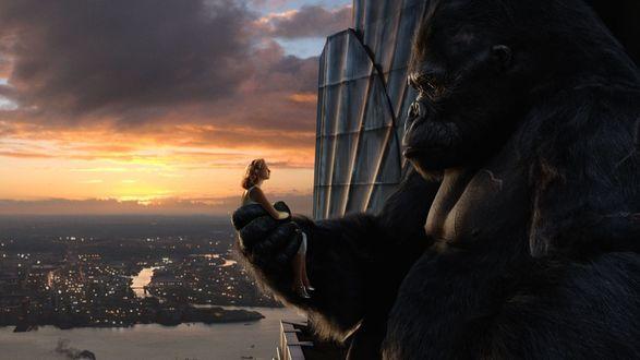 Обои Обои Кинг Конг держит девушку в руках - фильм Кин Конг  / King Kong