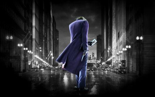 Обои Джокер / joker с картой посреди ночного города в дождь, фильм 'Бэтмен / Batman'