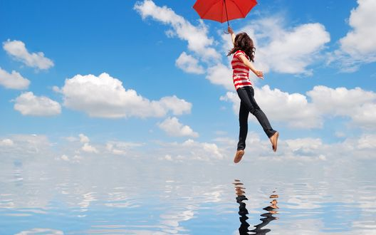 Обои Девушка с зонтом парит между водой и небом