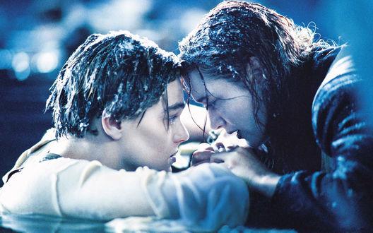 Обои Кадр из фильма *Титаник / Titanic* - Джек и Роза (Леонардо Ди Каприо /Leonardo Di Caprio и Кейт Уинслет / Kate Winslet) после крушения Титаника