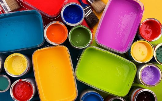 Обои Цветные краски в разных емкостях и две большие малярные кисти