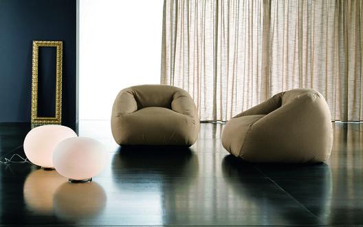 Обои Интересный дизайн, в комнате нет ничего лишнего: два мягких кресла и светильники