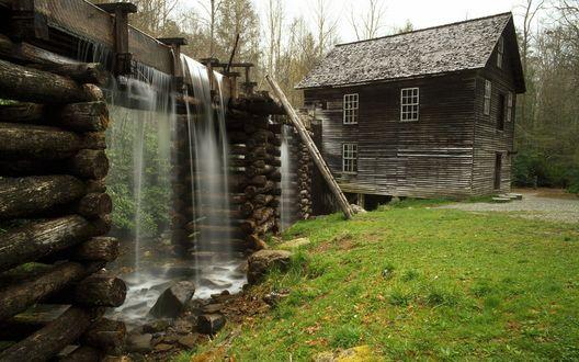Обои Деревянный домик с забором в виде водопада